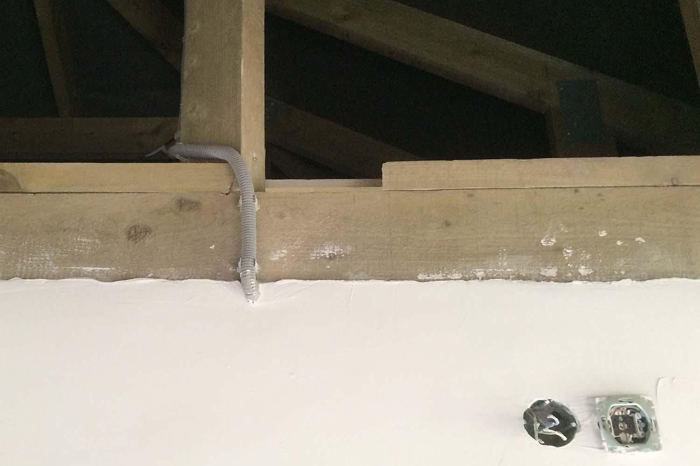Крепление гофры к стене при выходе кабеля на освещение