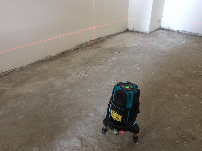 """лазерный нивелир """"Redliner 2 V"""" в работе показывает лазерные лучи"""