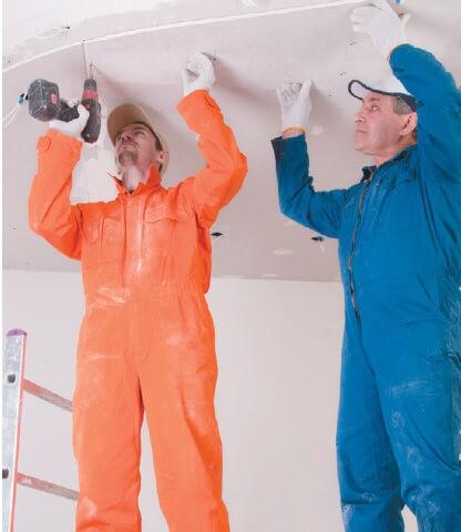 Мужщины за работой потолка