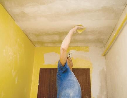 Перед оклейкой необходимо подготовить поверхность потолка