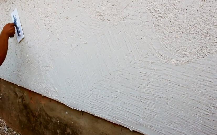 Наносим на стенку штукатурка короед