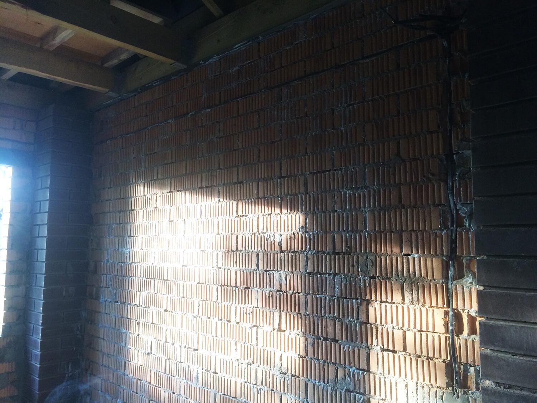 Бетоноконтакт BRAUF на стене нанесённый валиком