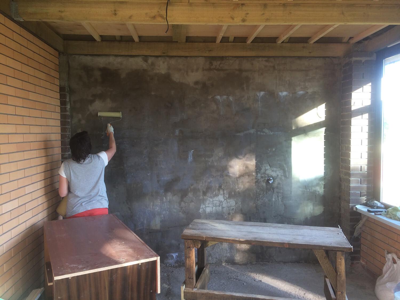 Грунтование стен с использованием грунтовки глубокого проникновения