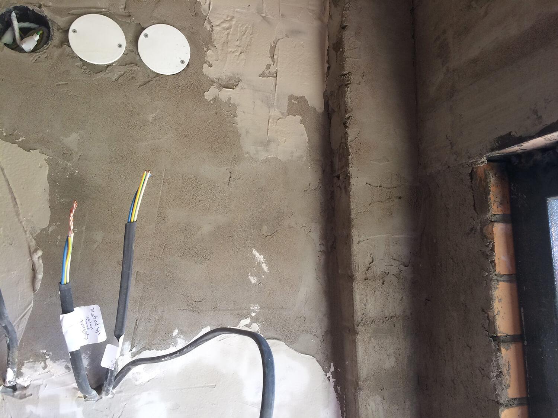 Выравнивание стены гипсовой шпаклевкой