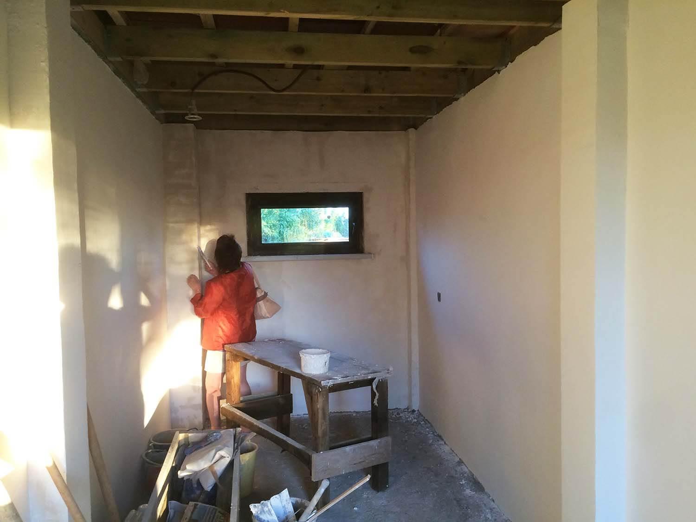 шпаклевание кирпичных стен в хозяйственном блоке