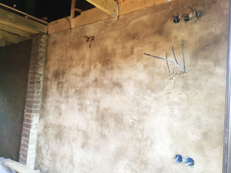 Штукатурка на кирпичной стене в хозблоке. Выход проводки на оштукатуренной стене