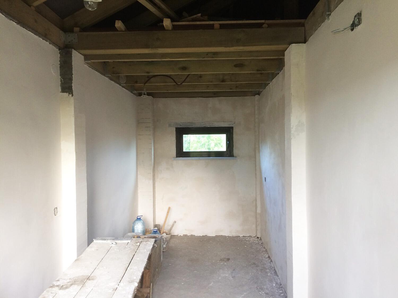 Общий план зашпаклеванных стен в хозблоке