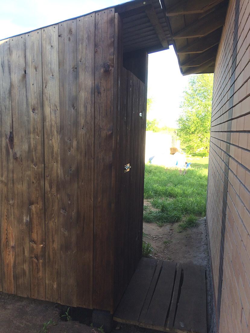 Дачный туалет вид сбоку