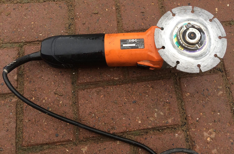 Болгарка AEG с алмазным диском для штробления под электрические провода