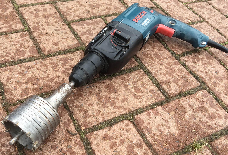 Перфоратор с коронкой по бетону для штробления подрозетников и распаячных коробок