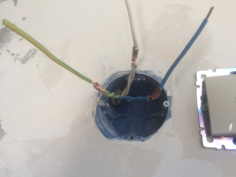 Способ скрутки проводов в подрозетнике