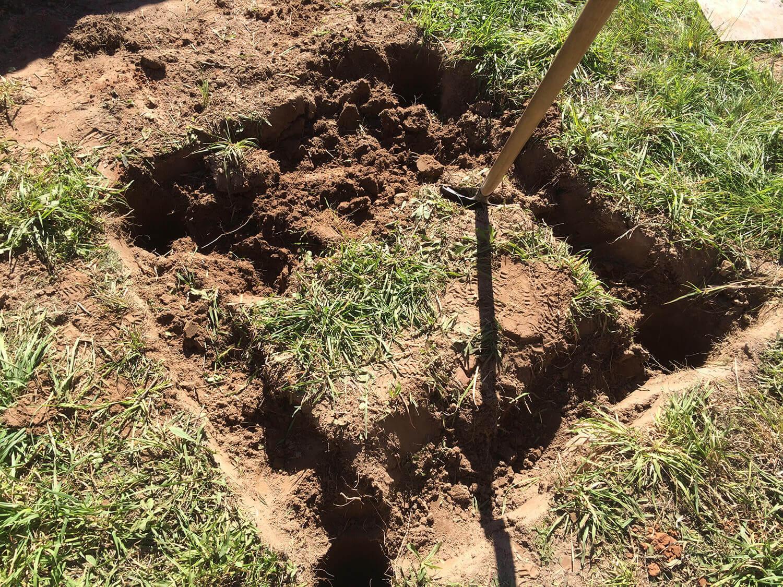 Убираем плодородный слой грунта, под фундамент еврокуба на 1000 литров