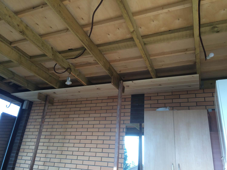 Укладка имитации бруса на потолок в беседке