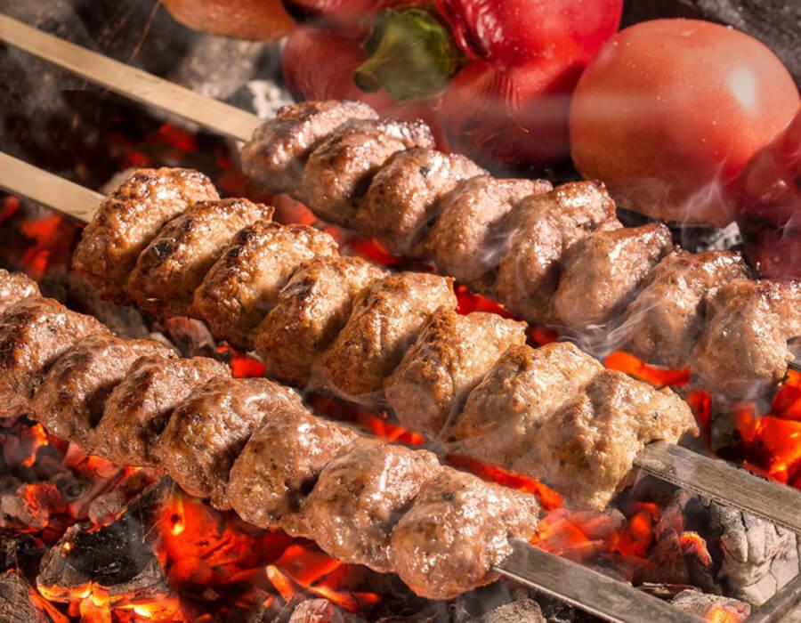 Жарим мясо на решетке барбекю
