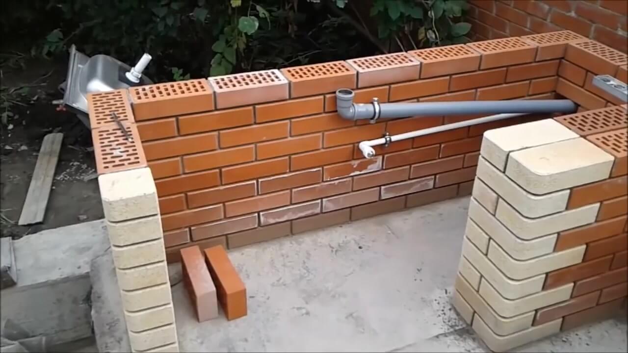 Установка труб для водоснабжения и канализации в барбекю