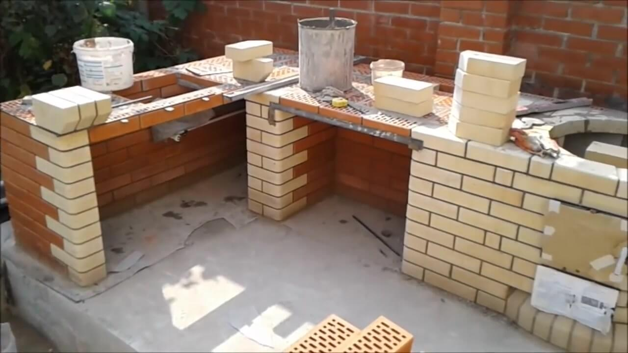 На этапе строительства кирпичной полки из шамотного кирпича