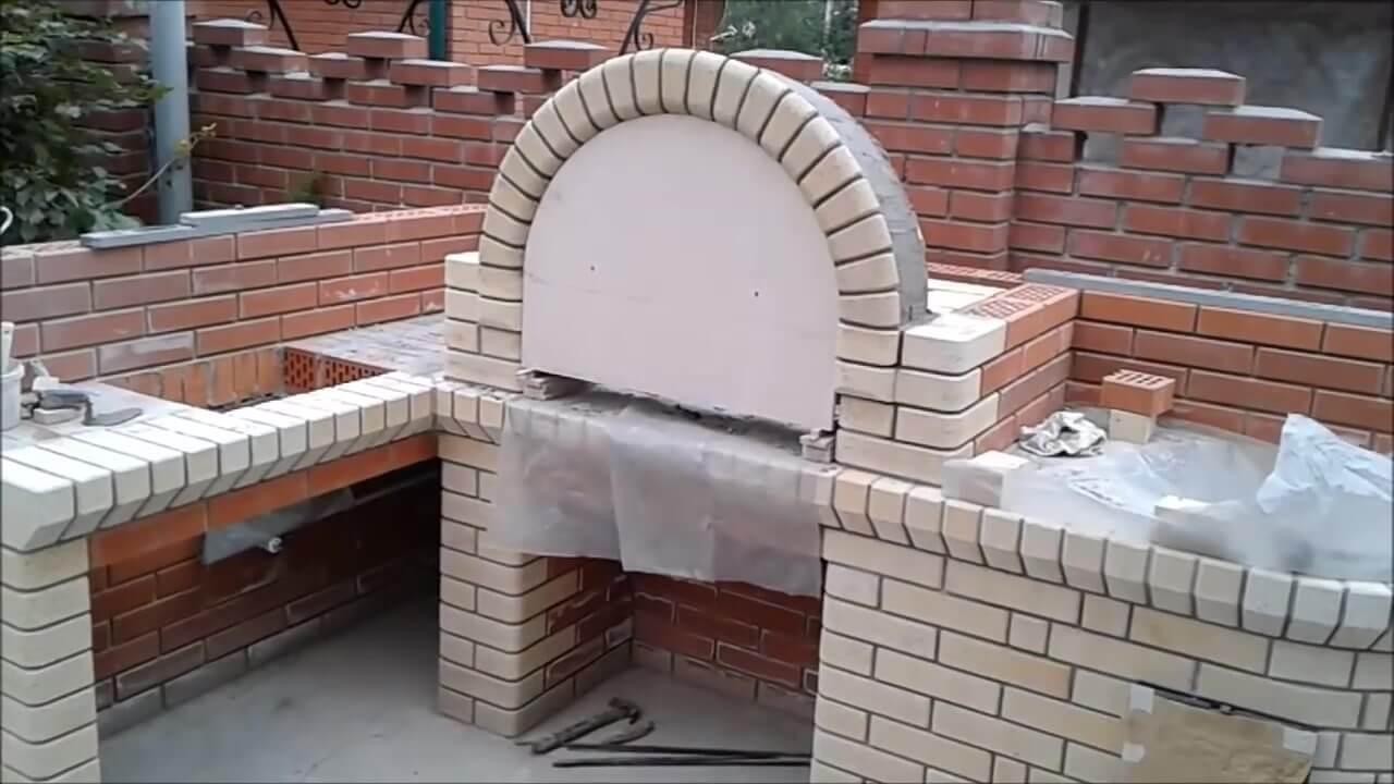 На фото арка полностью сделана в барбекю