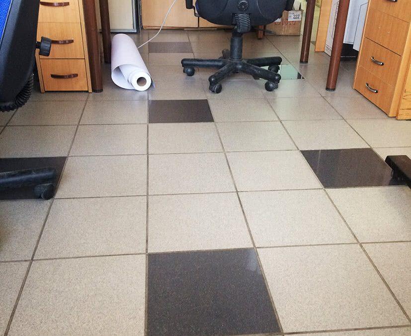 Облицовка полов керамической плиткой в офисе