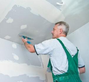 Человек делает потолок