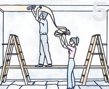 Обои на потолок следует наклеивать, начиная с середины помещения