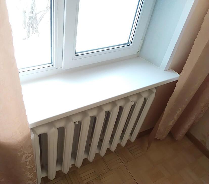 Подоконник у окна