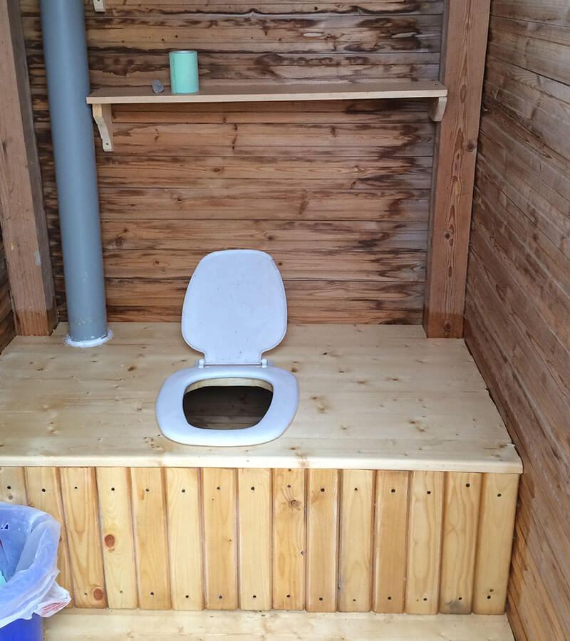 Туалет на даче с вытяжкой в виде трубы