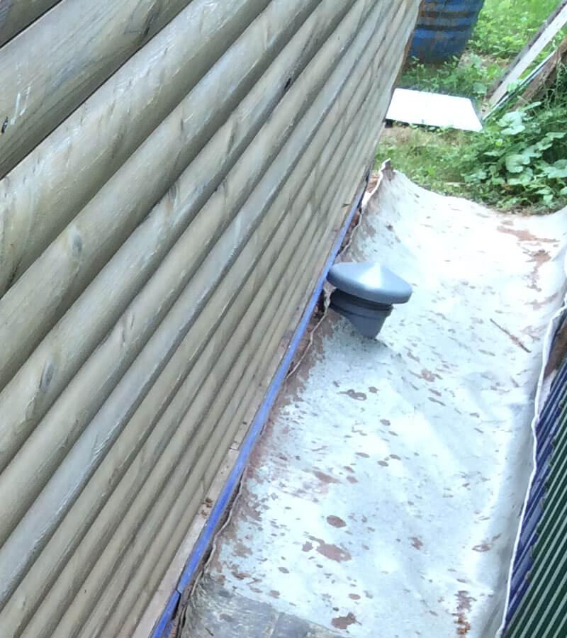 Выход трубы для втягивания свежего воздуха в туалет